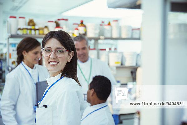 Wissenschaftler lächelt im Labor