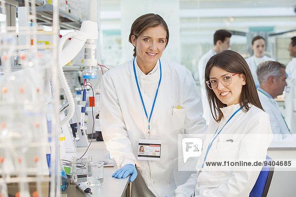 Wissenschaftler lächeln im Labor