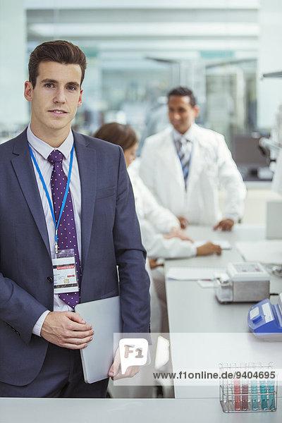 Geschäftsmann mit Laptop im Labor