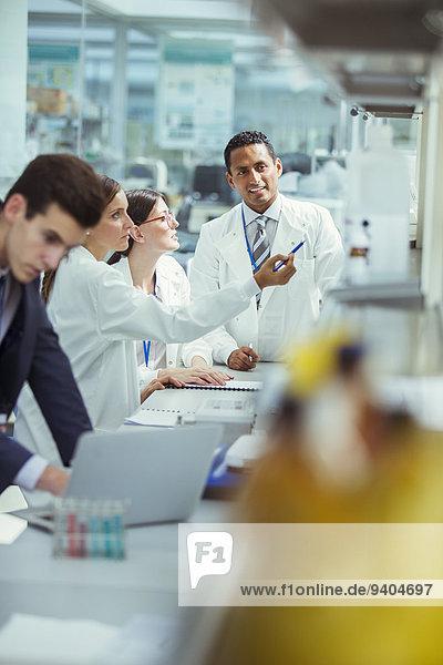 Wissenschaftler im Gespräch im Labor