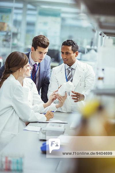 Wissenschaftler und Unternehmer im Gespräch im Labor
