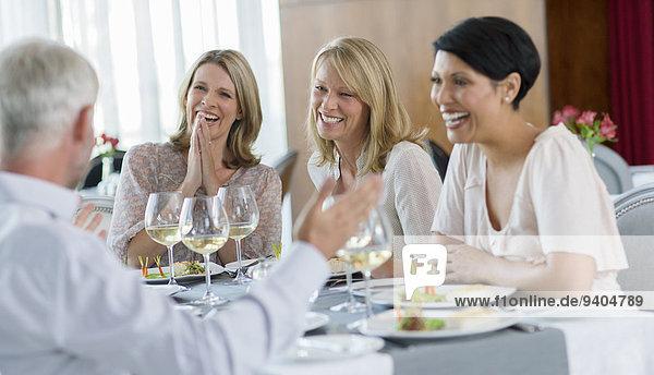 Leute  die das Essen im Restaurant genießen