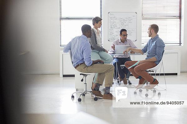 Geschäftsleute  die im Modem arbeiten  weißes Büro