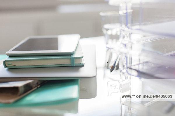 Papiermaterialien und digitales Tablett auf dem Schreibtisch im Büro
