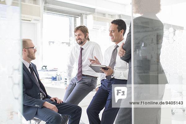Geschäftsleute treffen sich im modernen Büro