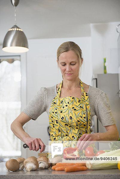 Frau schneiden Küche Gemüse