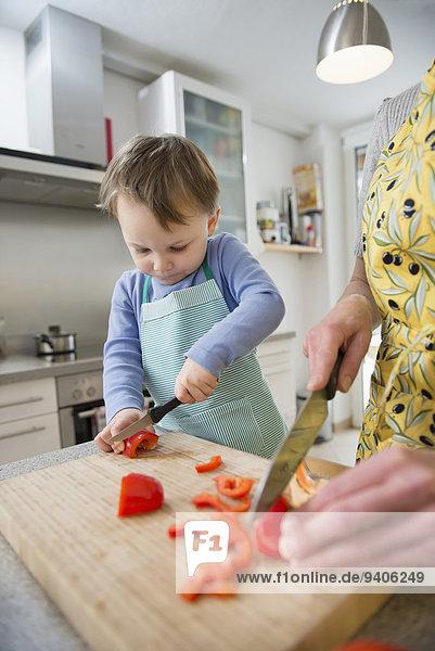 lächeln Sohn schneiden Gemüse Mutter - Mensch
