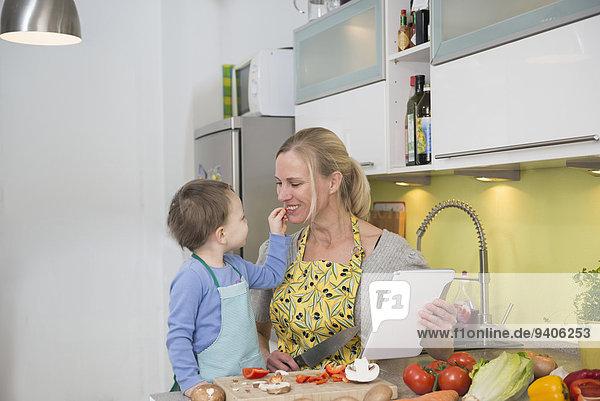 lächeln Junge - Person Gemüse Scheibe Mutter - Mensch füttern Blechkuchen