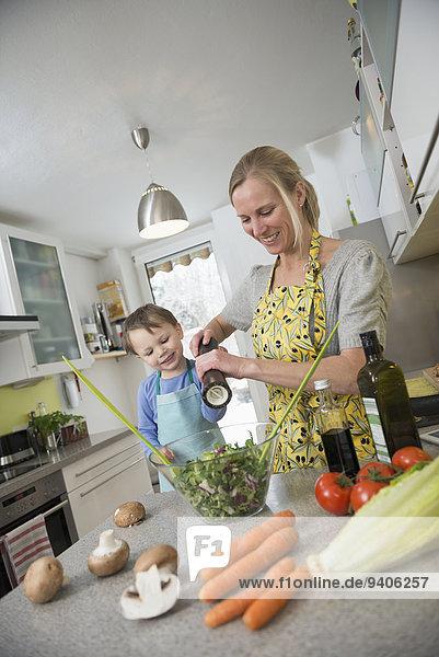 lächeln Junge - Person Vorbereitung Salat Mutter - Mensch