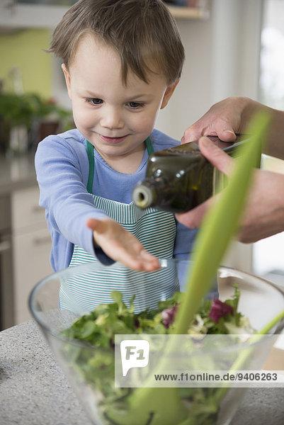 Junge - Person Vorbereitung Hilfe Salat Close-up Mutter - Mensch