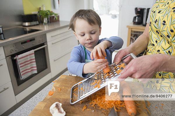 Gittermuster Gitter Junge - Person Hilfe Küche Möhre Mutter - Mensch