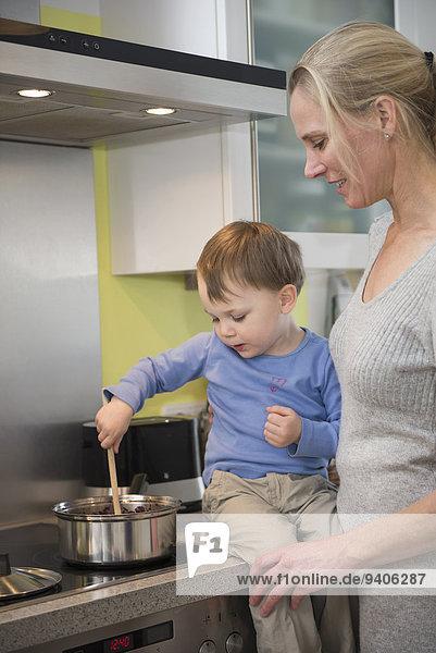 Lebensmittel lächeln Junge - Person Hilfe rühren Mutter - Mensch
