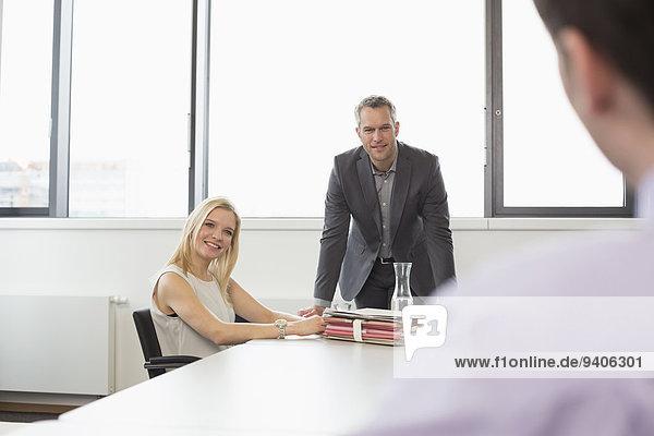 Mann nehmen lächeln Interview jung Kollege