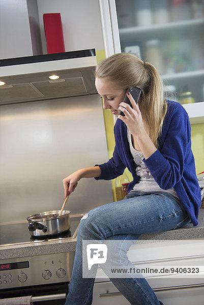 Jugendlicher sprechen rühren Mädchen telefoniert