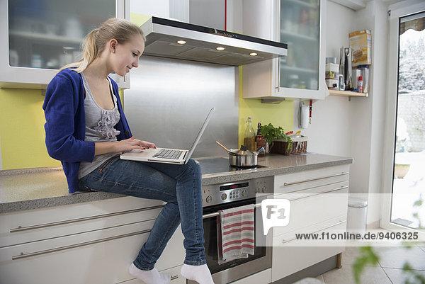 Jugendlicher Notebook lächeln arbeiten Küche Mädchen