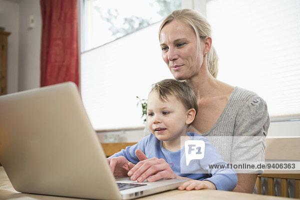 benutzen Notebook lächeln Sohn Mutter - Mensch