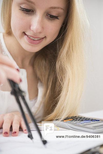 Jugendlicher lächeln Mädchen Hausaufgabe