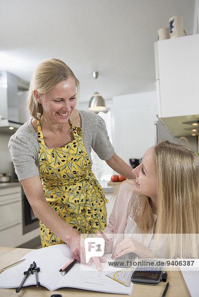 lächeln Hilfe Tochter Mutter - Mensch Hausaufgabe