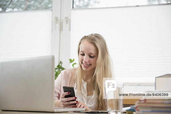 Jugendlicher Notebook lächeln telefonieren Mädchen