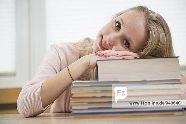 Jugendlicher Buch lächeln Mädchen