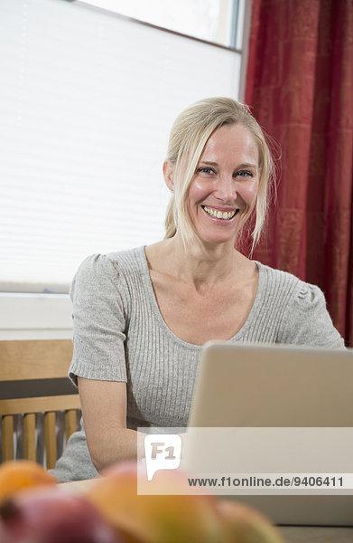 benutzen Portrait Frau Notebook lächeln