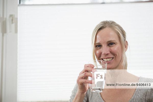 Wasser Portrait Frau Glas lächeln