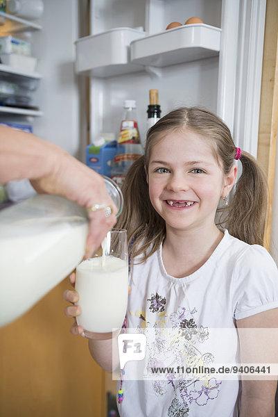 Glas eingießen einschenken Enkeltochter Großmutter Milch