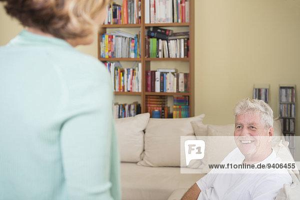 Senior Senioren lächeln Zimmer Wohnzimmer