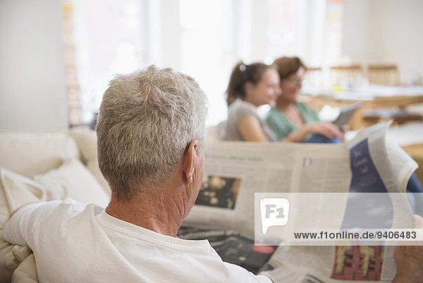 benutzen Zimmer Großmutter Enkelkind Großvater Tablet PC Wohnzimmer Zeitung vorlesen