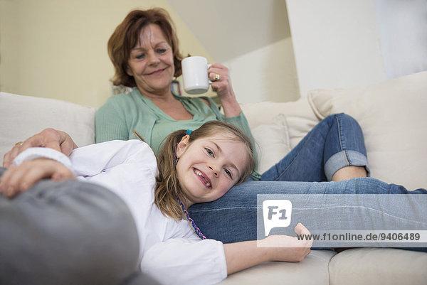 lächeln Zimmer Enkeltochter Großmutter Couch Wohnzimmer