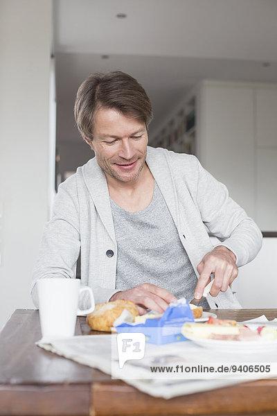 Mann lächeln reifer Erwachsene reife Erwachsene Frühstück