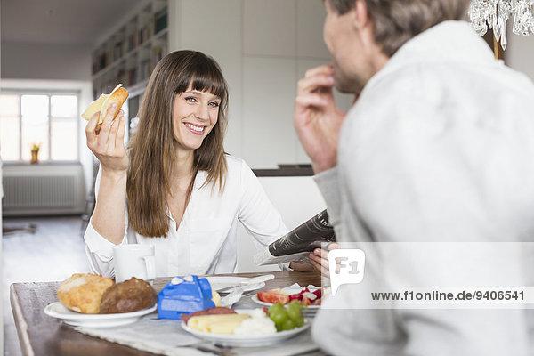 lächeln Paar beim Frühstück
