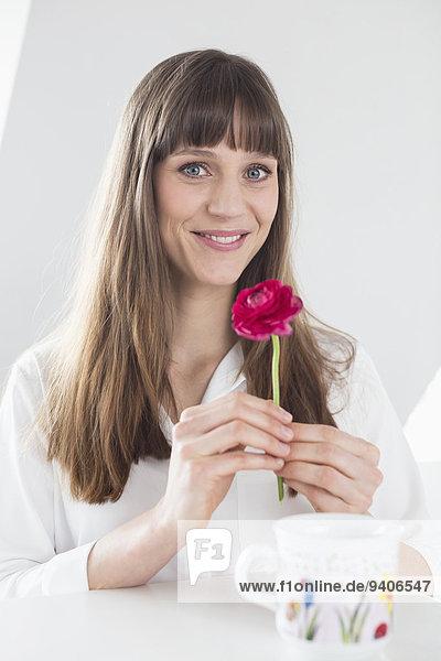 Portrait Frau Blume lächeln pink 1