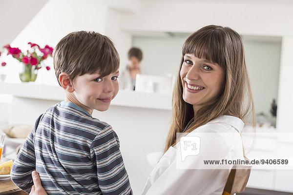 Portrait Mann lächeln Sohn Hintergrund Mutter - Mensch