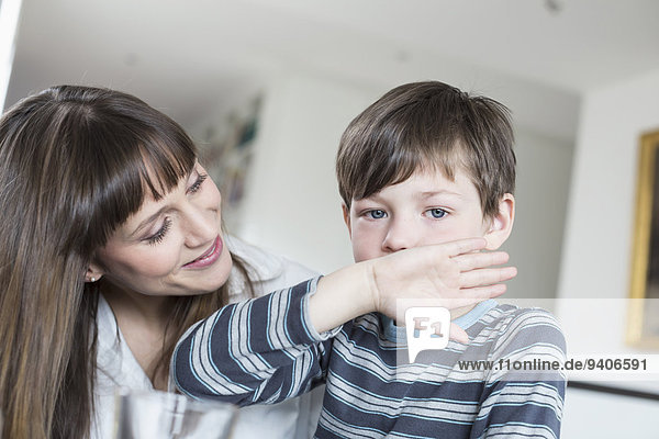 sehen Junge - Person Mutter - Mensch abwischen