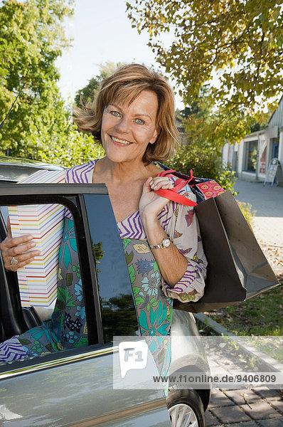 Senior Senioren Frau Auto Tasche kaufen bekommen