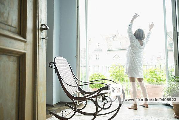 nahe Senior Senioren Frau Fenster strecken
