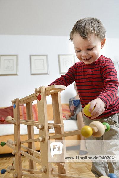 lächeln Junge - Person Spiel spielen Geschicklichkeit