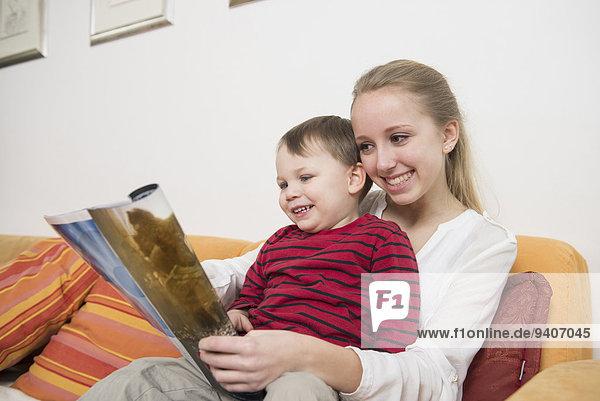 zeigen lächeln Bruder Schwester Zeitschrift