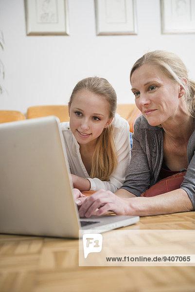 benutzen Notebook lächeln Tochter Mutter - Mensch