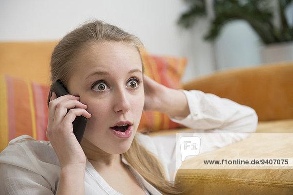 Handy Jugendlicher sprechen Mädchen