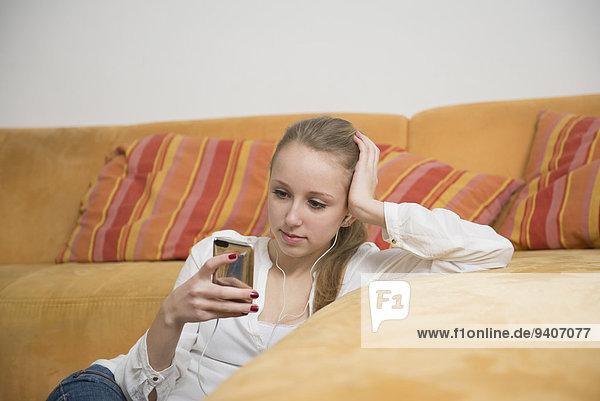 Jugendlicher zuhören Musik MP3-Player MP3 Spieler MP3 Player MP3-Spieler Mädchen Klassisches Konzert Klassik