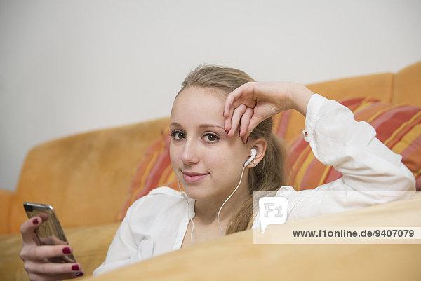 Portrait Jugendlicher zuhören lächeln Musik MP3-Player MP3 Spieler MP3 Player MP3-Spieler Mädchen Klassisches Konzert Klassik