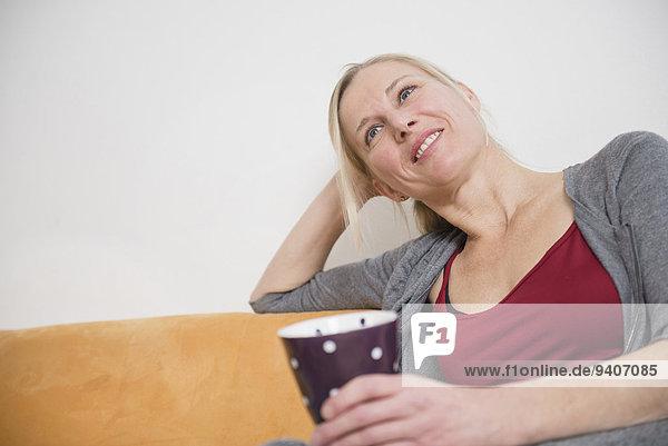 Frau Tasse Entspannung lächeln reifer Erwachsene reife Erwachsene Couch