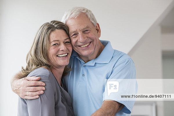 Portrait Glückliches Paar umarmt sich
