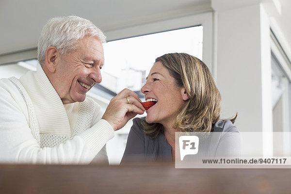 Senior Senioren Frau Mann Fröhlichkeit Scheibe Apfel füttern Blechkuchen
