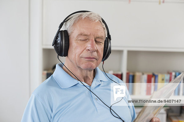 Senior Senioren Mann zuhören geschlossen Musik Klassisches Konzert Klassik