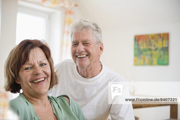 Senior Senioren Portrait lächeln Zimmer Wohnzimmer