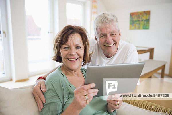 Senior Senioren Portrait lächeln Tablet PC