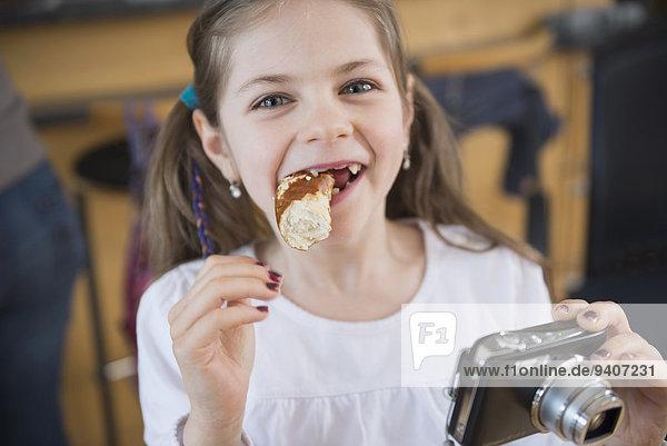 Portrait lächeln Brezel essen essend isst Mädchen